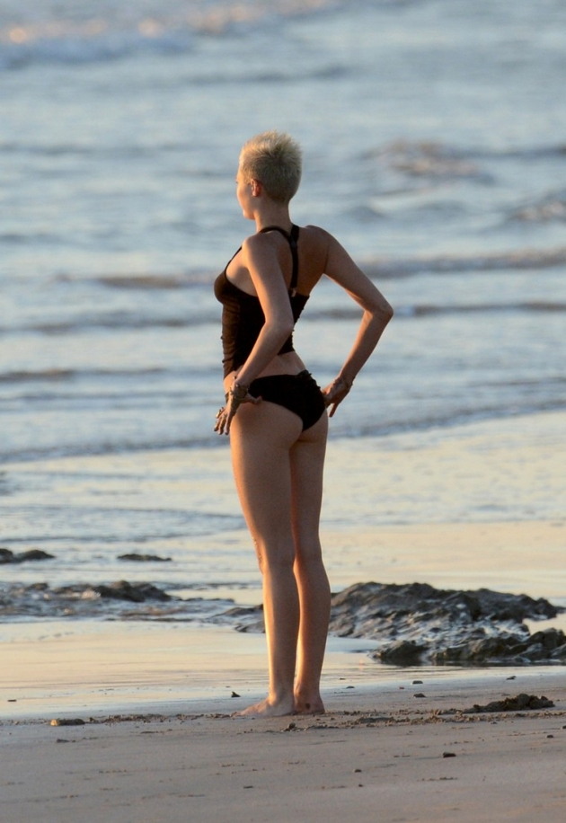 miley-cyrus-sexy-at-the-beach
